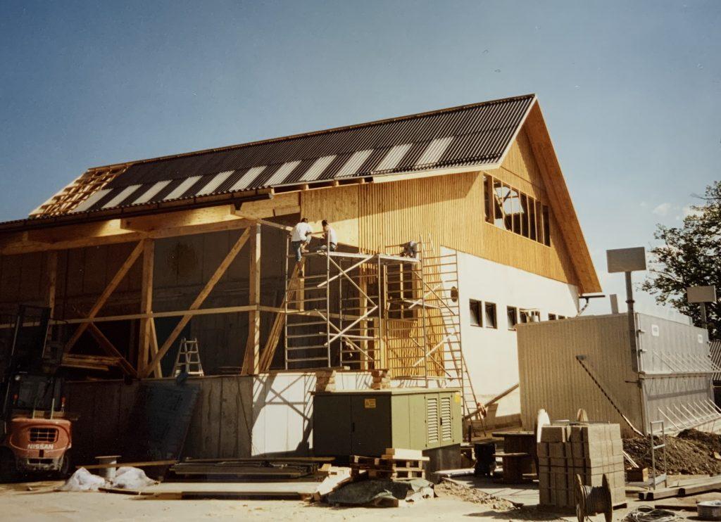 Bau zweier Ställe in Edelschrott